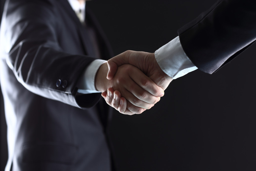 Business people shaking hands, finishing up